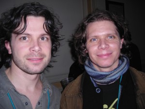 Simon (Le Vent du Nord) et Éric Beaudry (La Bottine Souriante) dans le corridor du Festival Club, aux petites heures
